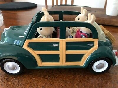 Sylvanian FamiliesGreen Saloon with Milk Rabbit Family and Puppy Twins