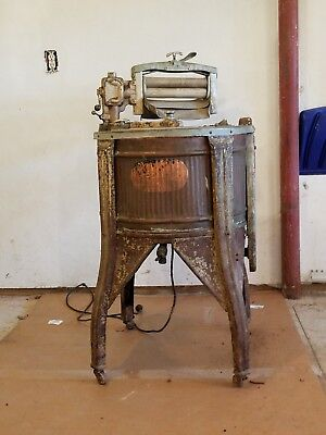 1920s Automatic Electric Washer Co. antique clothes washer, running. Copper tub
