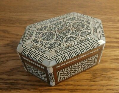 PRETTY EARLY 20thC ANGLO-INDIAN 6 SIDED TRINKET BOX WITH MOTHER OF PEARL INLAY