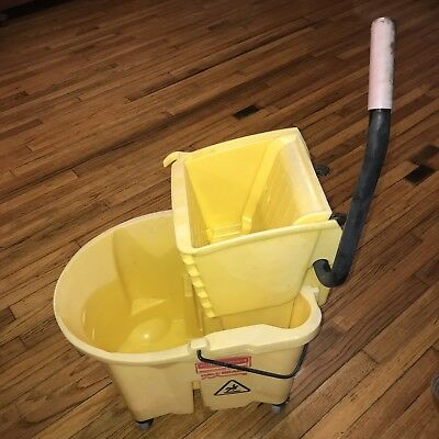 Rubbermaid Commercial 35 Quart Wavebrake Rolling Mop Bucket Wringer Yellow