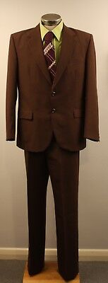 LARGE, ORIGINAL VINTAGE  1970s MENS BROWN SUIT WITH GREEN SHIRT & WINE TIE.