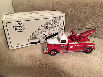 Humble Travel Club 1957 HUMBLE INTERNATIONAL R-200 TOW TRUCK, DIE CAST METAL
