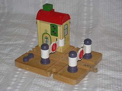 Chuggington LC56800 CROSSING PLATFORM Wooden Railway System Light and Sound