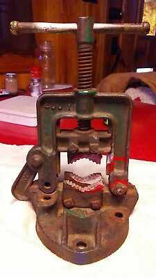 Vintage Hollands Cast  Pipe Vice Green Erie PA 400 y