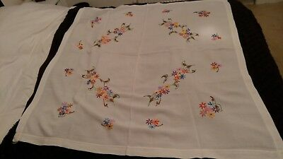 BEAUTIFUL VINTAGE LINEN WHITE FLORAL HAND EMBROIDERED TABLECLOTH 46 in X 44 in