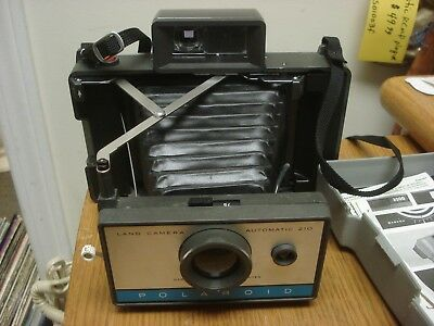 Nice & Clean Vintage POLAROID LAND CAMERA Automatic 210 Folding Bellows INSTANT