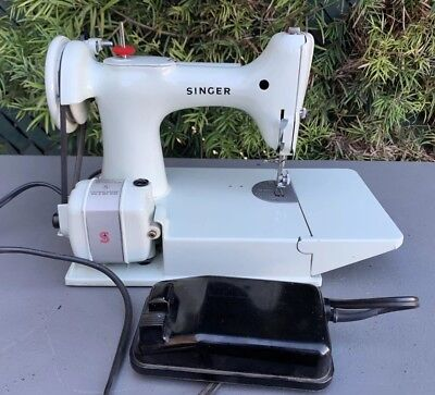 Vintage 1964 Singer Featherweight 221K Sewing Machine White Great Britain