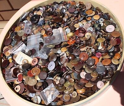 ORIGINAL VINTAGE ,APPROXIMATELY 2880 BROWN BUTTONS. MENS & WOMENS 1930s TO 70s.