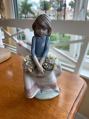 LLADRO SPAIN FIGURINE #5467 MAY FLOWERS W/ BOX Girl with basket of flowers