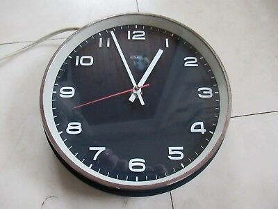 VINTAGE / RETRO 1960s 70s SCHOOL /OFFICE WALL CLOCK. FULL WORKING CONDITION.