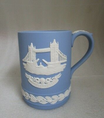 Wedgwood JASPERWARE Signed BLUE & White TOWER BRIDGE Christmas Holly Mug c 1975!
