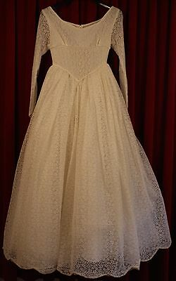"VERY SMALL 1950's WHITE LACE WEDDING DRESS. ORIGINAL VINTAGE. WAIST 25"" / 64CM."