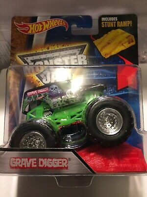 cb7b92fc97cd HOT WHEELS MONSTER Jam Grave Digger New Look With Stunt Ramp 1 64 ...