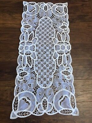BEAUTIFUL White Lace Doilie Mantle Buffet Table Runner Dresser Flowers Scalloped