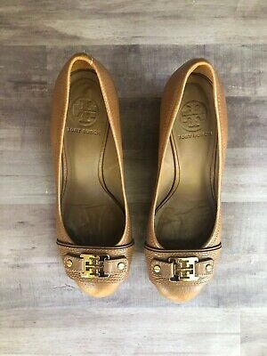 1cc1cf9fcf2 TORY BURCH Cognac Brown Leather Wood Wedge Round Toe Gold Emblem Size 7.5