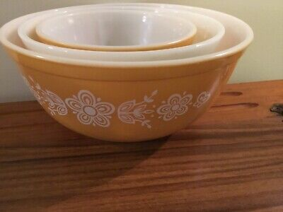 Set Of Three Pyrex Butterfly Gold Mixing Bowls