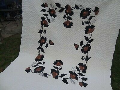 Pretty Antique Flowered Quilt Scalloped Edges