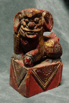 CINA (China): Old Chinese gilt Foo dog carved in wood - Temple decoration