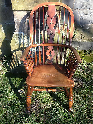 Windsor chair early 19th Century pierced splat shaped elm seat turned legspindle