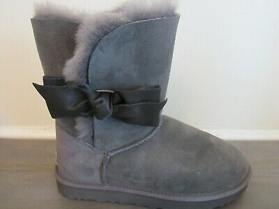 99021224963 UGG DAELYNN PORT Leather Bailey Bow Suede Classic Gray Boots Size US 8  Womens