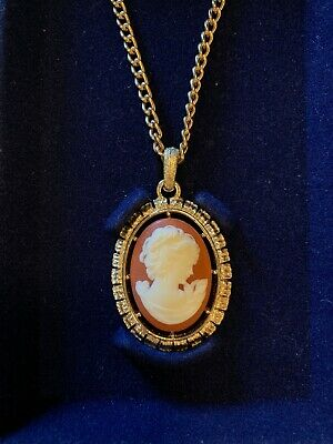 Vintage AVON Cameo Two Sided Reversible Gold Tone Pendant NECKLACE 1974