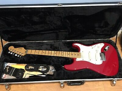 FENDER STRATOCASTER DELUXE Red Mexican Gold Hardware