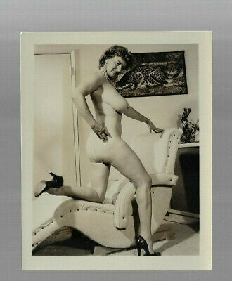 VINTAGE RISQUE PINUP PHOTO WOMAN w BIG BREASTS PRETTY SMILE & HIGH HEELS 1950s