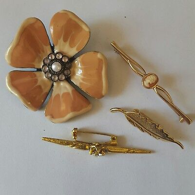 A lovely job lot of 4 vintage and modern gold tone brooches.