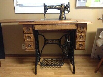 Antique Singer Treadle Sewing Machine about 1911, working.