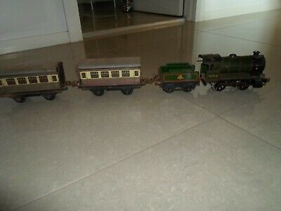 Hornby Clockwork O Scale Locomotive and Carriages
