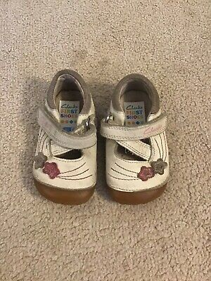 Girls Clarks cream leather shoes size 2.5f