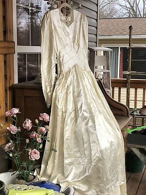 VINTAGE 1940s IVORY LIQUID SATIN  Lace AND  Buttons  WEDDING DRESS  TRAIN