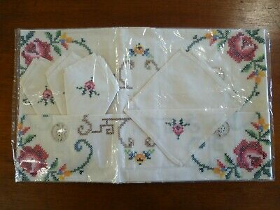 VINTAGE HAND EMBROIDERED FLORAL SUPPERCLOTH / TABLECLOTH WITH 4 x SERVIETTES