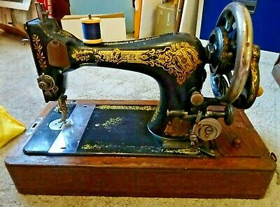 Antique Hand Cranked Singer Sewing Machine S1727987 c/w case and key (G529)