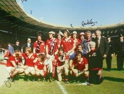 MANCHESTER UNITED 1977 FA CUP PHOTOGRAPH SIGNED x 5 STEPNEY MACARI DOCHERTY ETC