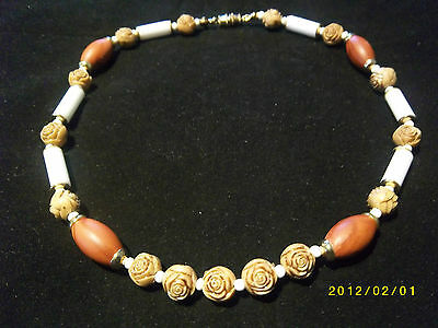 NEW VINTAGE RETRO 1980s WOODEN ROSE ENGRAVED NECKLACE UNUSUAL STYLISH JEWELLERY