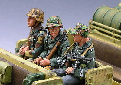 King and (&) Country WS053 - Sitting Sergeant & 2 Riflemen - Retired