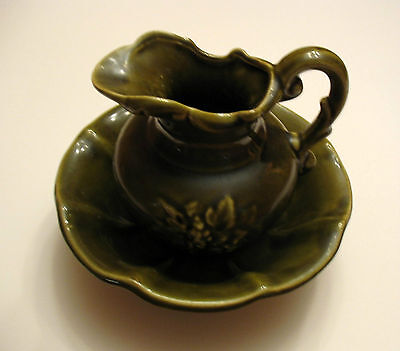 A VINTAGE MCCOY MINI GREEN WASH BASIN AND PITCHER