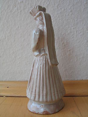 Keramikfigur in Tracht   a ceramic sculpture of a woman