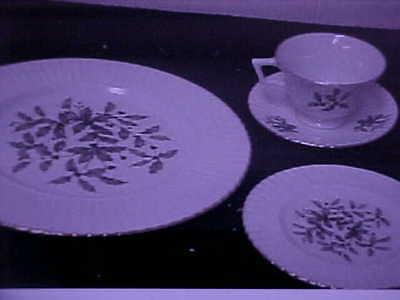 Lenox Hollyberry 16 Piece Service For 4 First Quality MINT