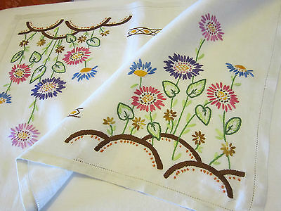 BEAUTIFUL VINTAGE HAND EMBROIDERED LINEN TABLE CENTRE / TRAY CLOTH