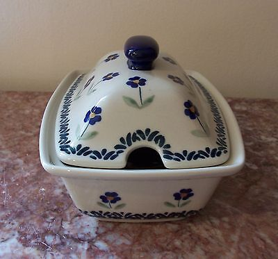 BOLESLAWIEC POLISH POTTERY COVERED SERVING DISH WITH OPENING FOR SPOON/FORK NEW!