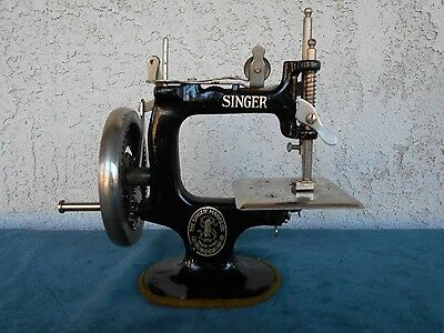 Vintage Singer Small Hand Crank Table Sewing Machine~Working Child's Toy~mini