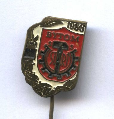White Knight Horse on Red and Gold Board Squares Czech Chess Members Pin Badge