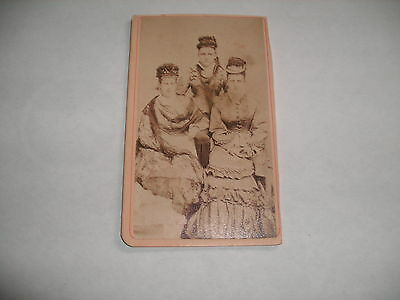 ANTIQUE CABINET PHOTO CARD OF 3 YOUNG WOMEN WEARING FANCY HATS & DRESSES