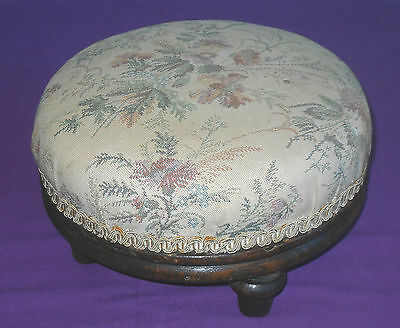ANTIQUE VICTORIAN c1880 EMBROIDERED FOOTSTOOL IN OAK ON BOBBIN FEET