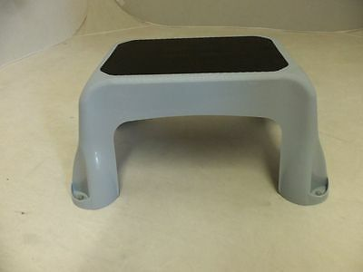 Rubbermaid Step Stool 4B40-00 New Light Gray Non-Skid Surface 1840458