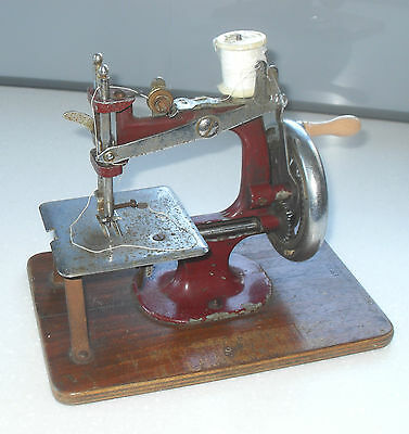 VINTAGE 1940/50s ESSEX MINIATURE METAL SEWING MACHINE IN WORKING ORDER