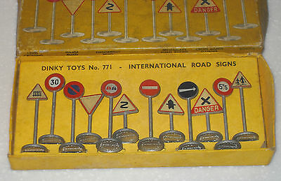 VINTAGE EARLY 1950s DINKY MECCANO TOYS NO.771 INTERNATIONAL ROAD SIGNS BOXED
