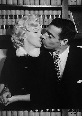 Print Art POSTER / CANVAS Marylin Monroe and Joe DiMaggio Kissing After Marriage